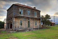 老被放弃的二层的木农舍 库存照片
