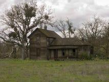 老被放弃的农厂房子 库存图片