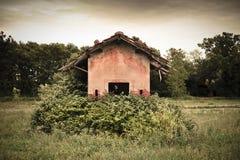 老被放弃的农场建筑 图库摄影