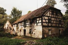 老被放弃的农村房子在擦亮剂村庄 免版税库存照片
