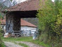 老被放弃的农舍在村庄 免版税库存照片