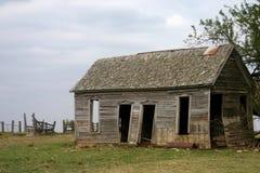 老被放弃的农舍 免版税库存照片