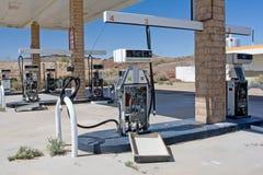 老被放弃的加油站在沙漠 免版税图库摄影