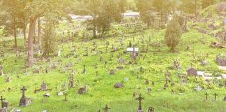 老被放弃的坟园公墓 免版税库存照片