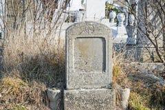 老被放弃的墓碑在公墓 免版税图库摄影