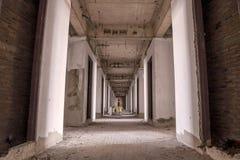 老被放弃的大厦的里面与未完成的建筑的 免版税库存照片