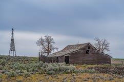 老被放弃的宅基在谢尔曼县,俄勒冈 库存照片