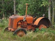 老被放弃的小的农用拖拉机 免版税库存图片