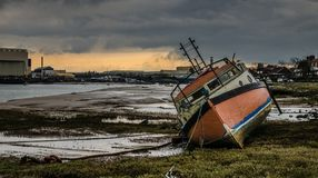 老被放弃的小船捕鱼 库存图片
