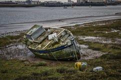 老被放弃的小船捕鱼 免版税库存图片