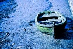 老被放弃的小船 免版税库存图片