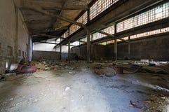 老被放弃的工业工厂内部 免版税库存图片