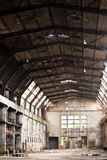 老被放弃的工厂大厅 库存图片
