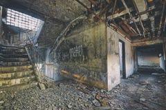 老被放弃的废墟工厂损伤大厦 免版税库存图片