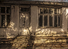老被放弃的房子前面看法在巴库植物的公园 库存照片