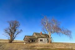 老被放弃的房子在乡下 库存照片