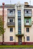 老被放弃的房子在城市 免版税库存照片