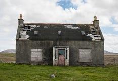 老被放弃的房子在有残破的屋顶的乡下 免版税库存图片