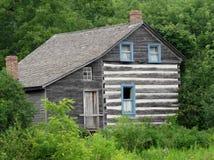 老被放弃的房子在森林 免版税图库摄影