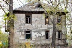 老被放弃的房子在森林 库存图片