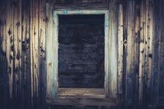 老被放弃的房子的空的窗口开头 蓝色被定调子的图象 免版税图库摄影
