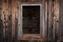 老被放弃的房子的空的窗口开头 免版税库存照片
