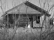 老被放弃的房子 免版税图库摄影