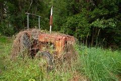 老被放弃的拖拉机在农村澳大利亚 免版税库存照片