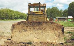 老被放弃的挖掘机 免版税库存照片