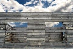 老被放弃的日志木材议院建筑 免版税库存图片