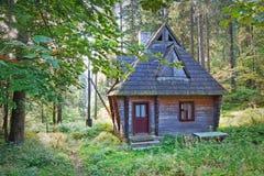 老被放弃的木房子。 免版税图库摄影