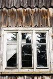 老被放弃的木房子的窗口和墙壁 免版税库存照片