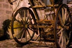老被放弃的木无盖货车在晚上 免版税库存照片
