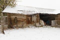 老被放弃的木棚子 库存图片