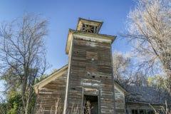 老被放弃的校舍在农村内布拉斯加 库存图片
