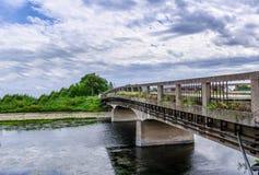 老被放弃的桥梁全景横跨河的 免版税库存照片