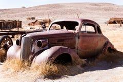 老被放弃的汽车 免版税库存图片
