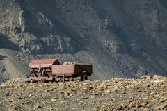 老被放弃的煤炭无盖货车,用于采矿工业,山背景Longyear谷,斯瓦尔巴特群岛挪威 库存图片