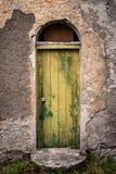 老被放弃的爱尔兰村庄的门 免版税库存图片