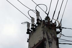 老被放弃的生锈的变压器驻地在俄罗斯 免版税库存图片
