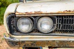老被放弃的生锈的汽车 免版税库存照片