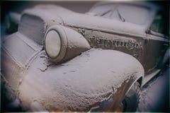 老被放弃的生锈的汽车 库存图片