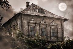 老被放弃的空的房子在森林里 免版税库存照片