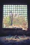 老被放弃的窗口在工厂 库存图片