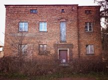 老被放弃的红砖房子门面朽烂摘要 免版税库存照片