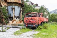 老被放弃的红色汽车在撒丁岛海岛上的老矿 免版税库存照片