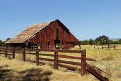 老被放弃的红色谷仓 库存图片