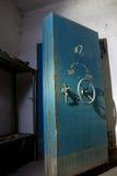 老被放弃的苏联防空洞的蓝色生锈的密封门 库存照片