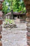老被放弃的葡萄酒粗砺的石城堡墙壁废墟 免版税库存图片