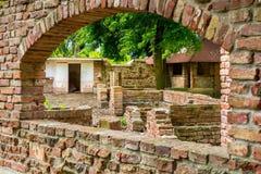老被放弃的葡萄酒粗砺的石城堡墙壁废墟 库存照片
